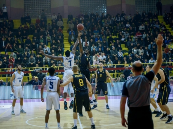 Triple-double by Smith lifts Academic Bultex 99 over Peja